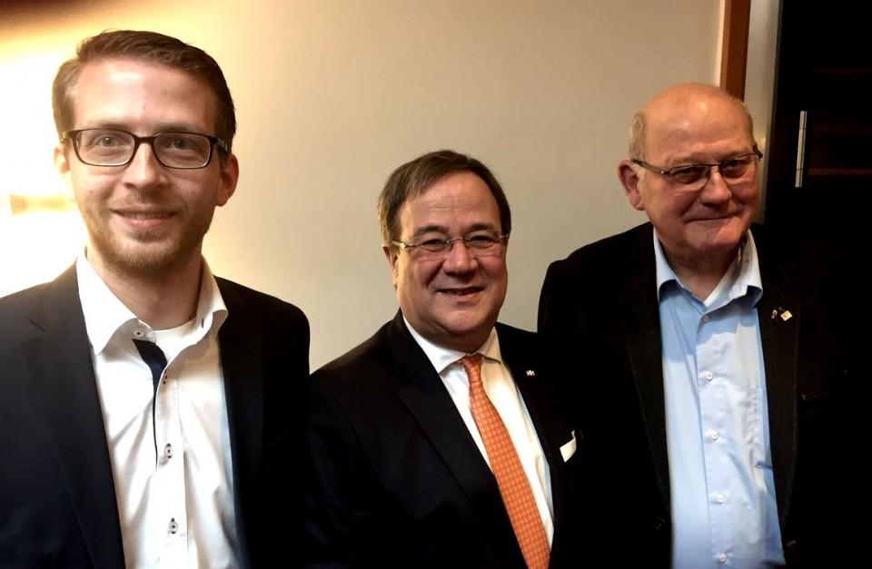 CDU-Klausurtagung in Künzell mit Ministerpräsident Armin Laschet (Mitte) und Vogelsbergern Unionspolitikern: Stellvertretender CDU-Kreisvorsitzender Michael Ruhl und Landtagsabgeordnetem Kurt Wiegel (rechts).